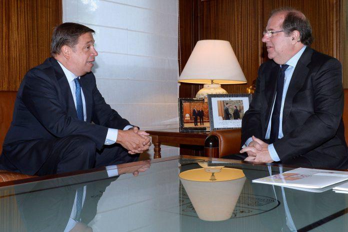 El ministro de Agricultura, Pesca y Alimentación, Luis Planas, junto al presidente de la Junta, Juan Vicente Herrera.