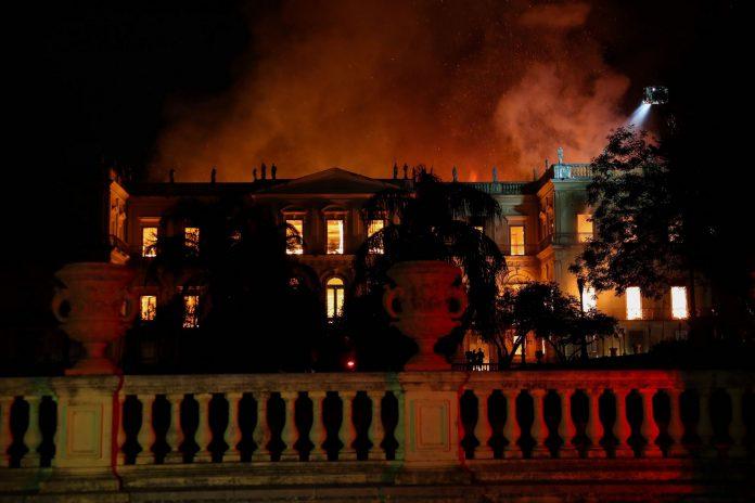 Las llamas arrasan el complejo de 200 años de antigüedad y que fue fundado por el rey Juan VI en 1818.