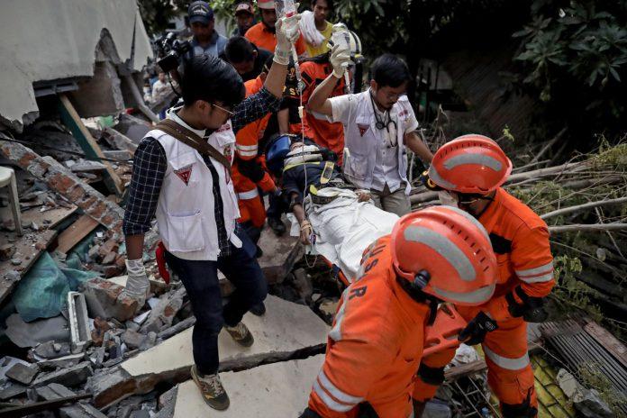Los servicios de rescate de Indonesia evacúan a una de las víctimas de las zonas afectadas por la catástrofe.