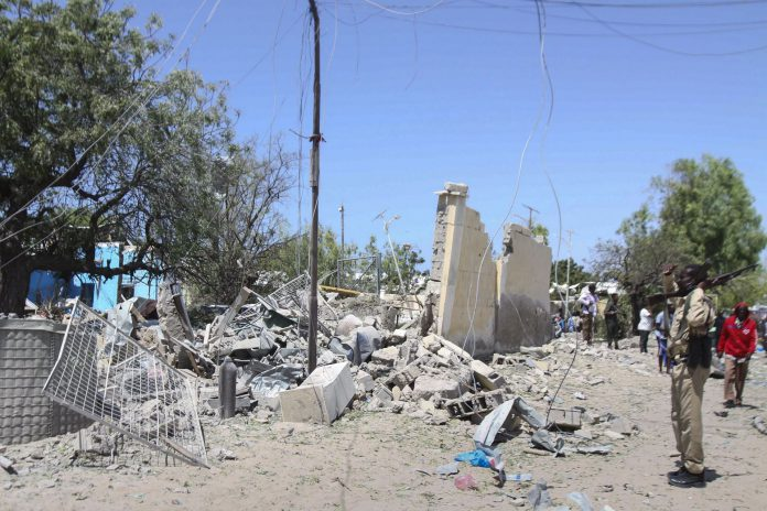 Un soldado custodia la zona del ataque del terrorista suicida con un coche bomba en la capital somalí.