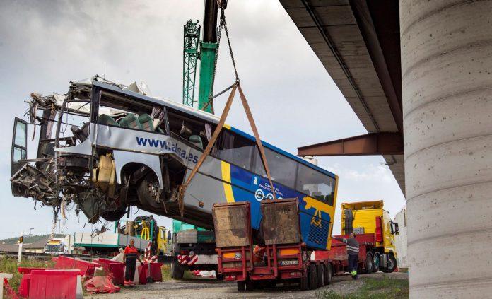 Una grúa retira los restos del autobús de la compañía ALSA que se empotró contra la pilastra de hormigón.