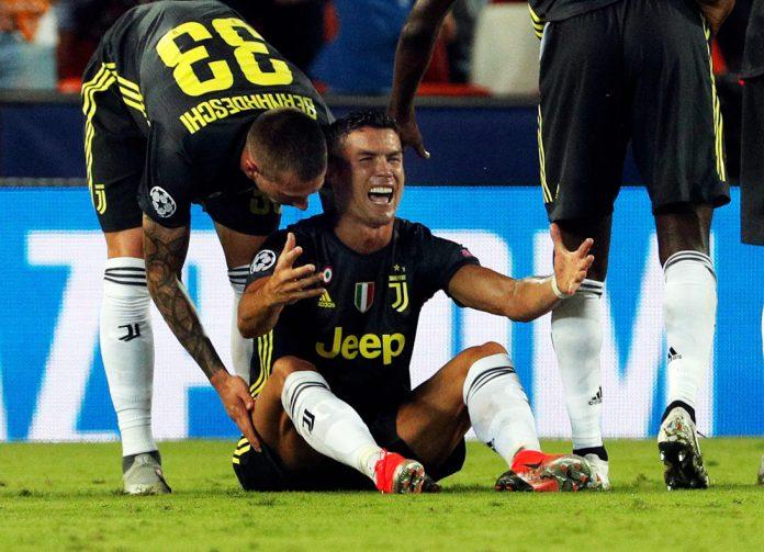 Cristiano se lamenta tras ser expulsado en Mestalla.