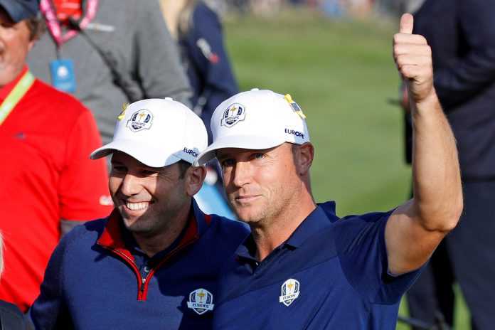 Sergio García y el sueco Alex Noren (dcha) celebran su victoria durante la primera jornada de la Ryder Cup.