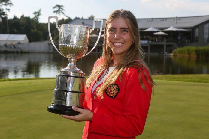Celia Barquín posa con el trofeo del Campeonato de Europa Individual Femenino, logrado el pasado mes de julio.