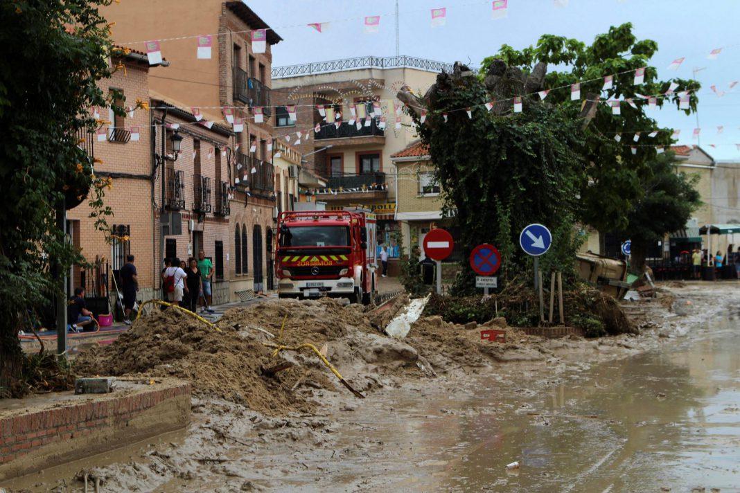 Un camión de Bomberos en una calle cubierta de barro y escombro,s tras la inundación en la localidad toledana.