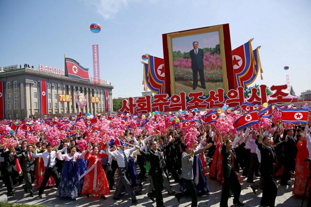Una línea de soldados a paso de ganso y columnas de tanques desfilaron en el 70 aniversario de Corea del Norte.
