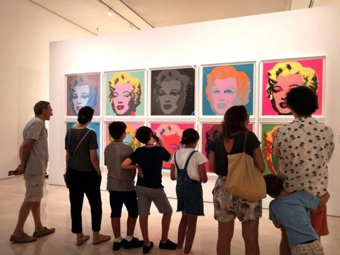 Visitantes a la exposición de Andy Warhol en el Museo Picasso de Málaga.