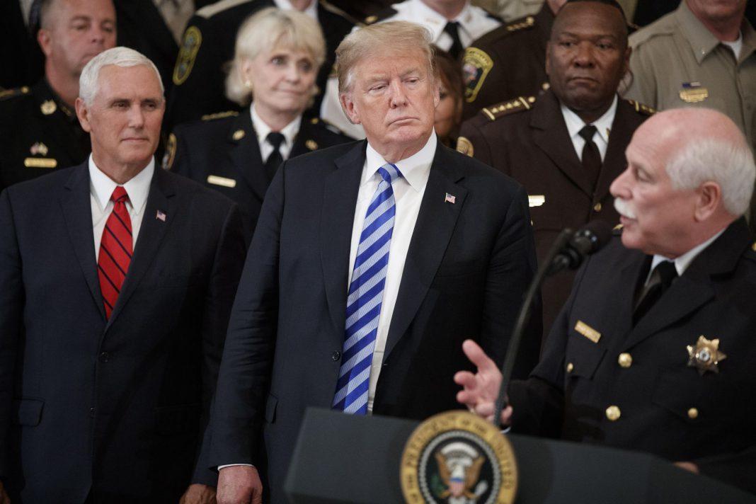 Imagen del presidente estadounidense Donald Trump, ayer, durante una reunión de alguaciles.