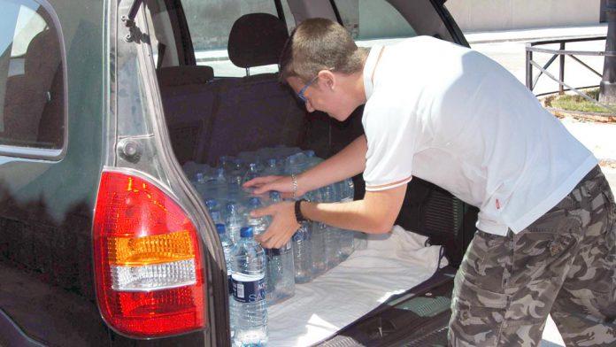 Los vecinos de estos pueblos afectados recogen el agua embotellada todas las semanas, que los ayuntamientos facilitan gracias al convenio de sequía. / G.H.