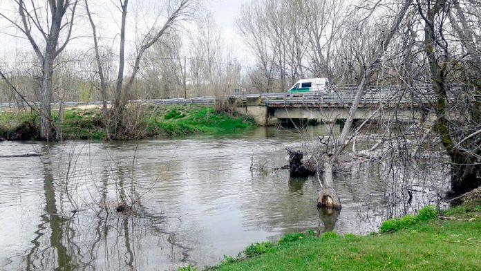 La crecida del caudal del río Eresma a su paso por el municipio segoviano de Hontanares durante la temporada de abundantes lluvias de la pasada primavera.