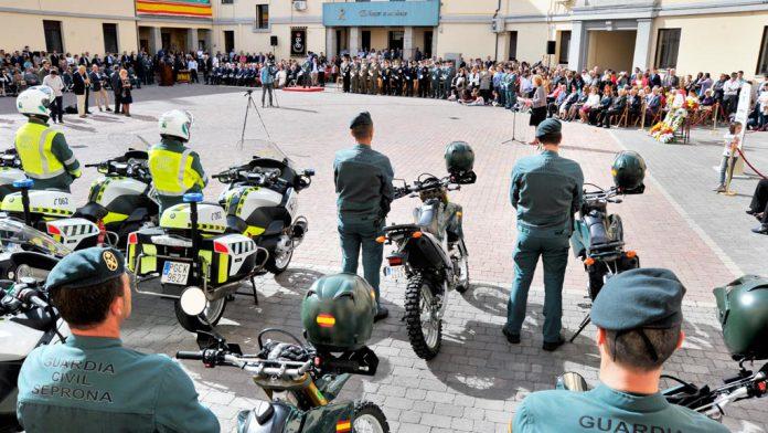 El patio de la Comandancia de la Guardia Civil de Segovia congregó a centenares de segovianos en la celebración de la festividad de la Virgen del Pilar. / kamarero