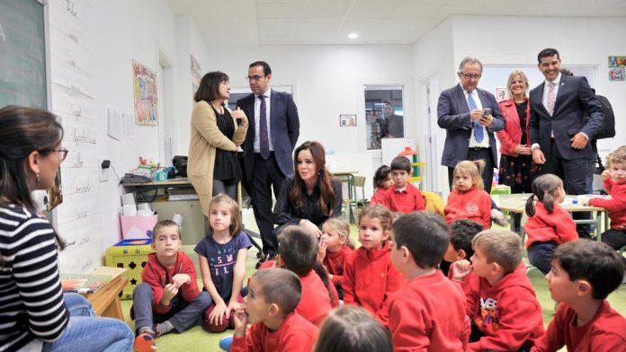 Las autoridades visitaron las aulas del nuevo colegio de Valverde saludando a todos los alumnos.