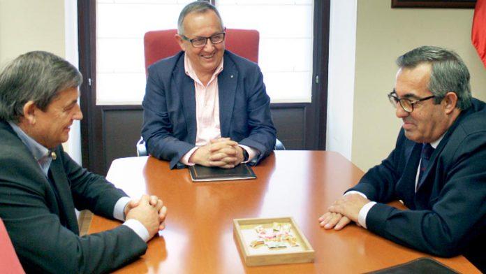 Entrevista entre el nuevo regidor de Ayllón y el delegado territorial.