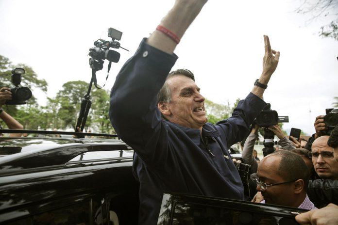 El candidato ultraderechista Jair Bolsonaro saluda a varios simpatizantes.