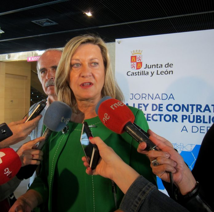La consejera de Economía y Hacienda de la Junta, Pilar del Olmo, atiende a los medios de comunicación.