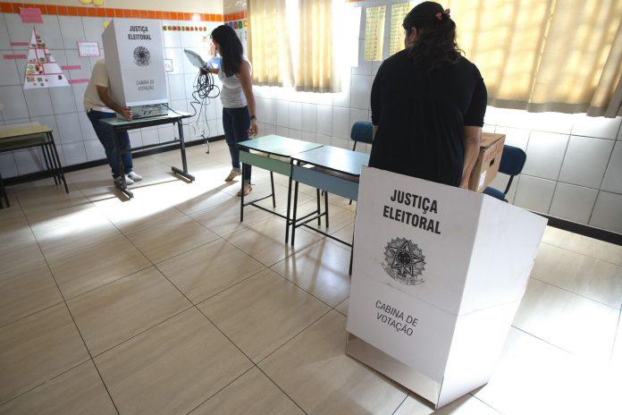 Fiscales electorales instalan puestos electrónicos de votación en una escuela de Brasilia, la capital del país.