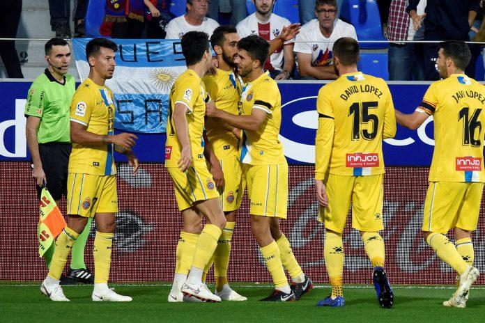 Borja Iglesias celebra con sus compañeros uno de los goles anotados ante el Huesca.
