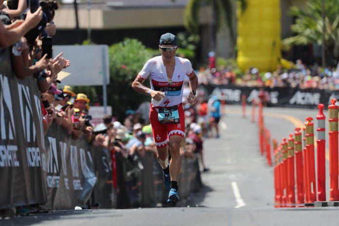 Javier Gómez Noya, en los últimos metros del maratón para concluir undécimo su primera participación en el prestigioso Ironman de Hawái.