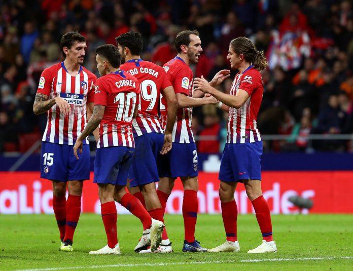 Los jugadores del Atlético de Madrid celebran el segundo gol anotado por el lateral brasileño Filipe Luis.