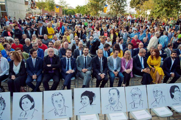 Quim Torra (c), sus consejeros y el presidente del Parlament, Roger Torrent (c-i), durante el homenaje a los votantes y organizadores del 1-O.