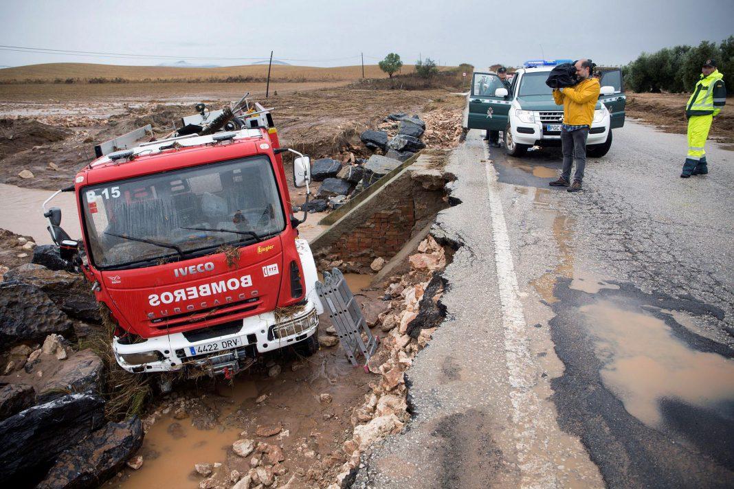 Camión en el que viajaba el bombero fallecido José Gil Gutiérrez, que desapareció participando en las labores de rescate.