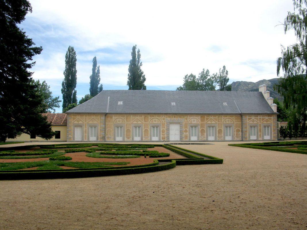La Casa de las Flores es un edificio de Patrimonio Nacional ubicado en los Jardines del Palacio Real de La Granja.