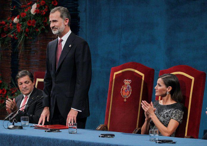 El rey Felipe, la reina Letizia y el presidente del Principado, Javier Fernández, durante la entrega de los Premios Princesa de Asturias 2018, en el Teatro Campoamor de Oviedo.