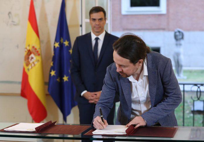 Pablo Iglesias firma el acuerdo sobre los Presupuestos.