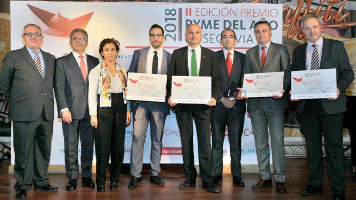 Los galardonados junto con los representantes de las instituciones organizadoras del evento.