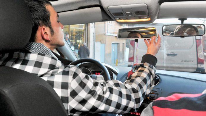 Un joven segoviano inicia una clase de conducción en una autoescuela con el objetivo de obtener el permiso correspondiente. / kamarero