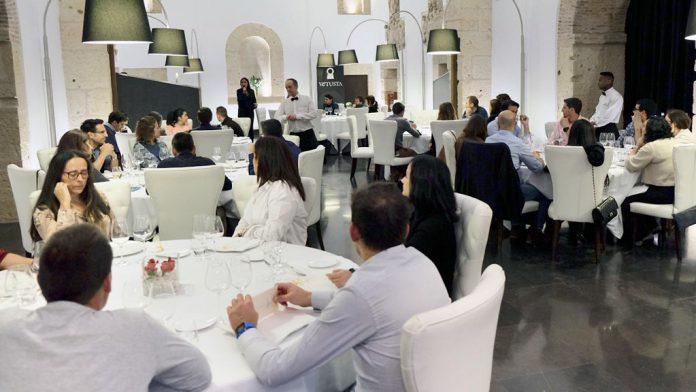 El Restaurante Villena sorprendió con platos tradicionales reconvertidos en una experiencia de lujo creativa e innovadora que gustaron mucho a los asistentes. / DIEGO GÓMEZ