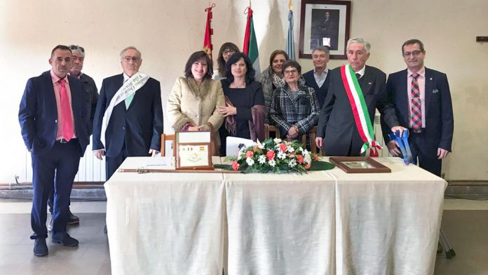 Un momento de la recepción que las autoridades de Tabladillo realizaron ayer a la delegación italiana. / el adelantado
