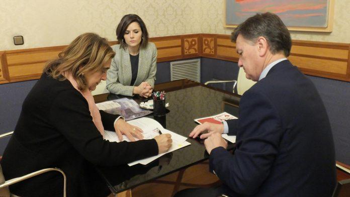 Acto de rúbrica del convenio entre Cáritas y la Diputación Provincial.