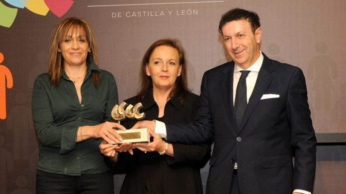 Los segovianos premiados recogen el galardón, una escultura de Gonzalo Coello.