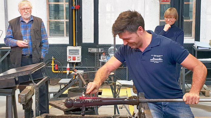 Proceso de elaboración de la cruz de vidrio en los hornos de la Real Fábrica de La Granja. / el adelantado
