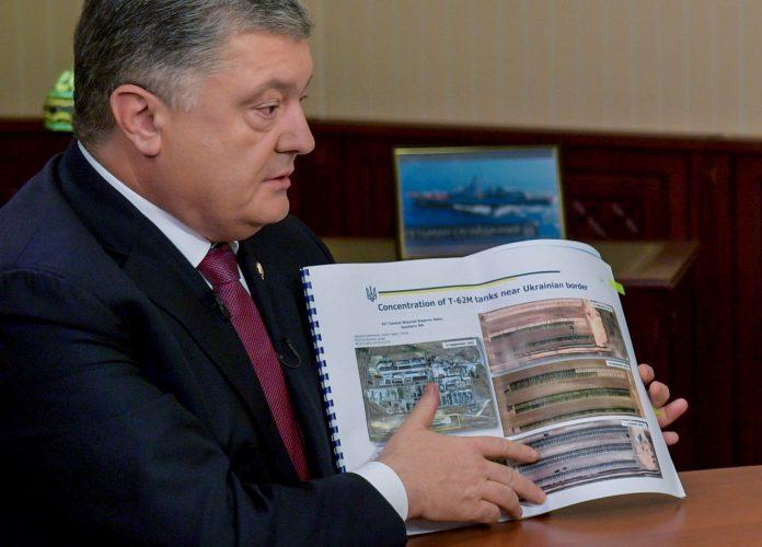 Petró Poroshenko muestra un informe sobre los tanques rusos posicionados en la frontera entre Rusia y Ucrania.