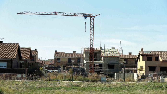 La construcción comienza a emerger tras años de crisis con un ligero repunte en la actividad inmobiliaria.
