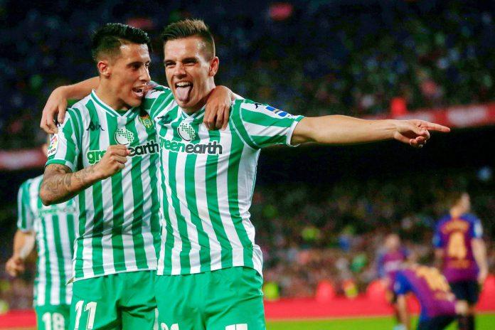 Tello (izq) celebra el tercer gol del Betis en el Camp Nou con Lo Celso, que aprovechó un fallo de Ter Stegen para poner tierra de por medio en el marcador.