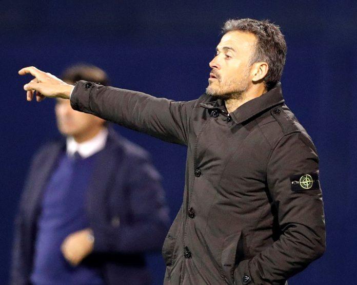 Luis Enrique da órdenes a los jugadores españoles en el partido disputado ante Croacia en Zagreb.