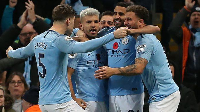 Los jugadores del Manchester City celebran con Agüero el segundo gol.