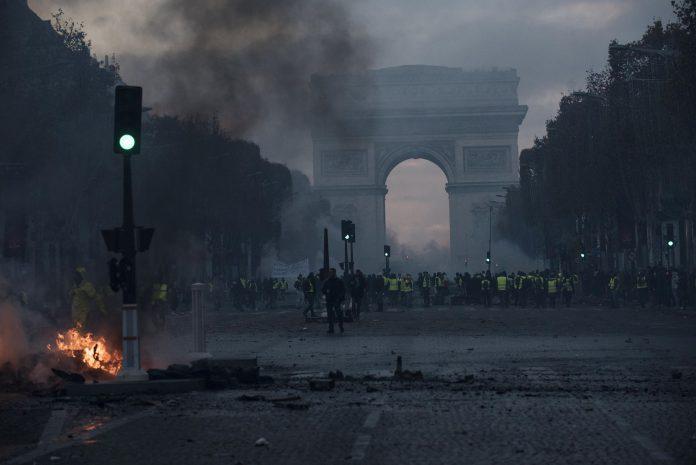 Las fuerzas policiales recurrieron a la fuerza para impedir que los manifestantes se acercaran a los edificios del Gobierno.