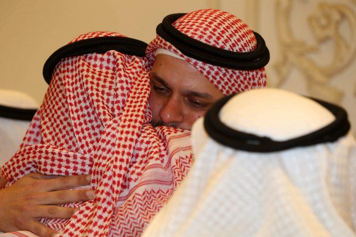 Salah Khashoggi (c), hijo del periodista opositor asesinado Jamal Khashoggui, escucha las condolencias por su pérdida.