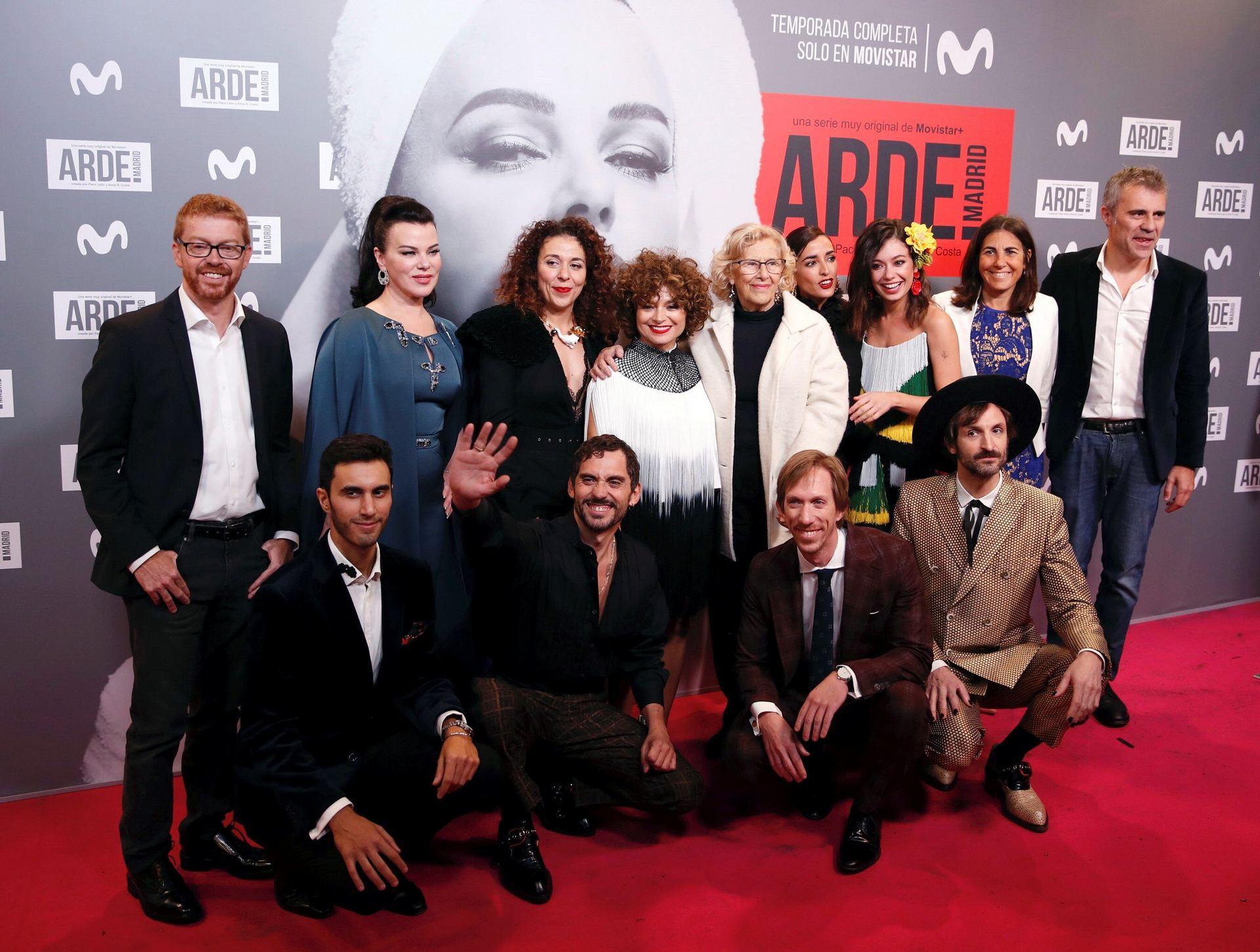 El equipo de 'Arde Madrid' con Paco León (abajo, 2i) y Anna R. Costa (arriba, 4i) posa con Manuela Carmena.