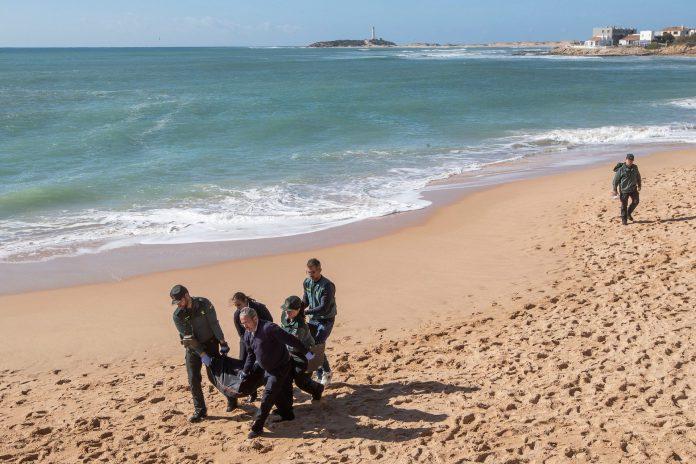 Efectivos de la Guardia Civil durante el rescate del anterior cuerpo procedente del naufragio en costas gaditanas. / efe