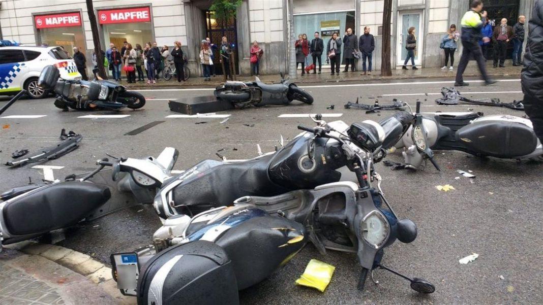 Varias motos permanecieron tendidas en el suelo tras ser arrolladas por el vehículo.
