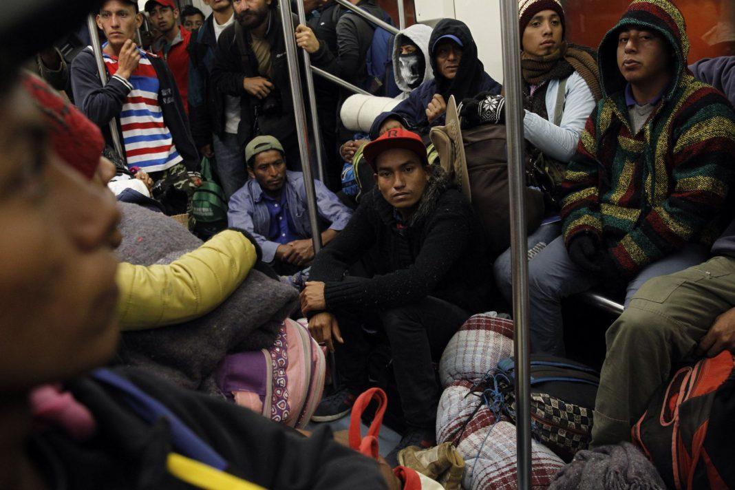 Miembros de la caravana de migrantes centroamericanos se preparan para salir desde Ciudad de México.