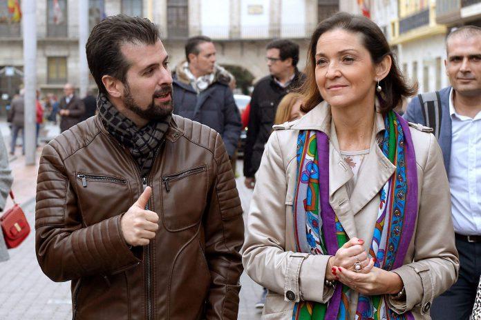 La ministra de Industria, Comercio y Turismo, Reyes Maroto (d), y el secretario general del PSOECyL, Luis Tudanca.