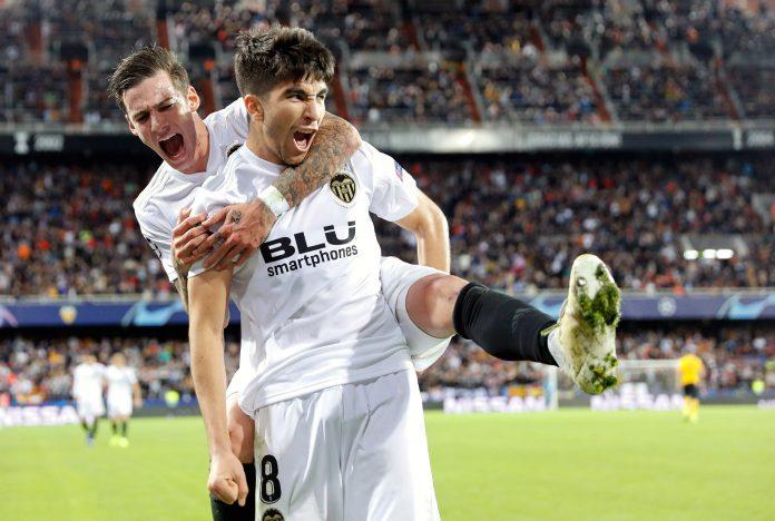 Soler y Mina celebran el tercer gol del Valencia.