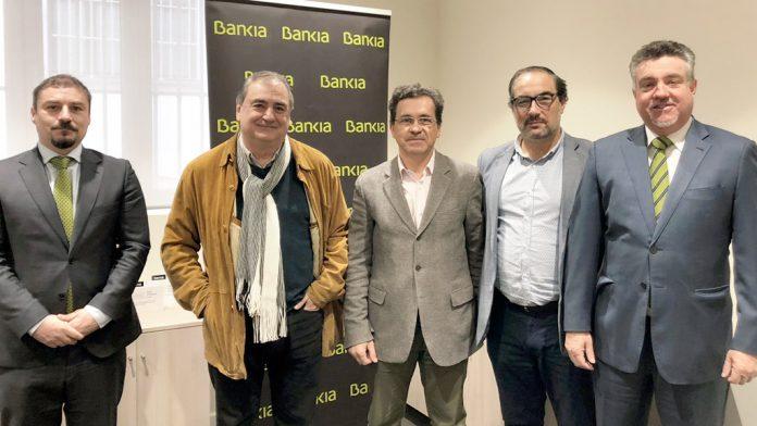 Los responsables de Bankia y ASETRA en el acto de rúbrica del convenio.