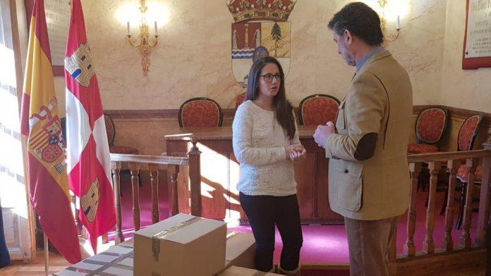 El alcalde conversa con Laura Aréval0, junto a las cajas con el material donado. / el adelantado